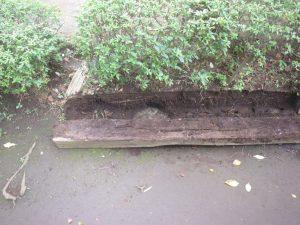 枕木の下に境界石